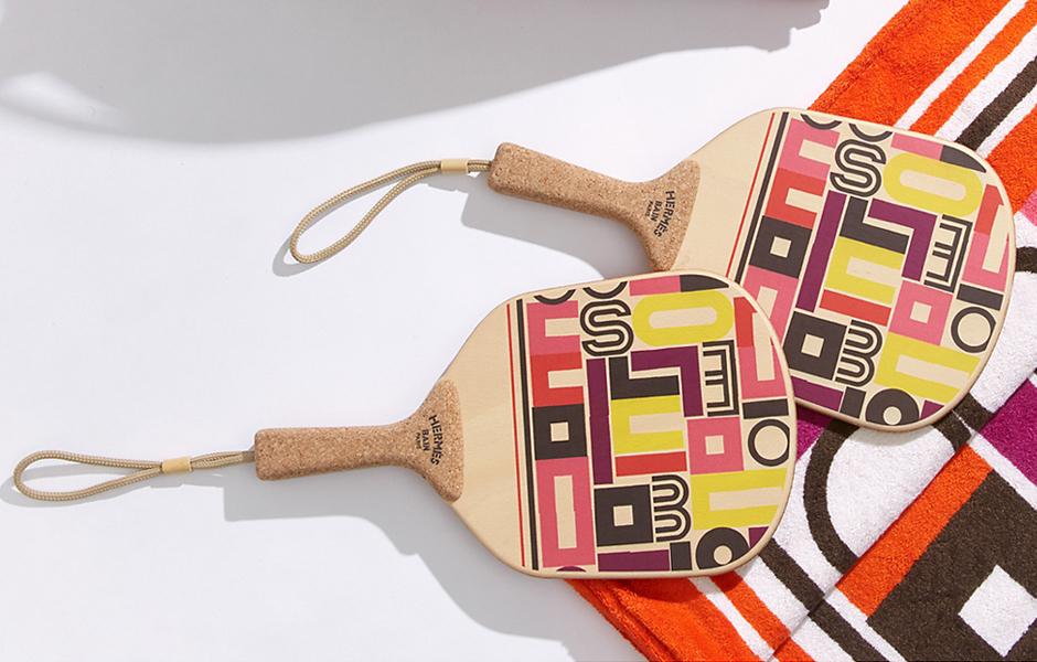 Strandball-Schläger-Set von Hermès mit dem Dekors Carré Taquindes Illustratoren Gianpaolo Pagni. Foto: Hermès