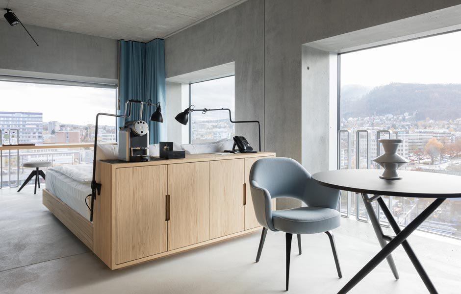 SCHÖNER SCHLAFEN: HOTELS & PENSIONENCorner Suite im Placid Hotel mit Möbeln des Schweizer Herstellers Horgenglarus. Foto/ Copyright: Hotel Placid