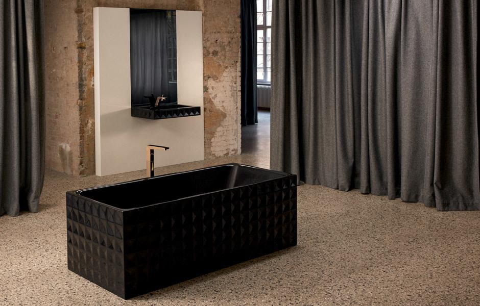 Kontrast- und Effektfarbton: Die Badewanne BetteLoft Ornament wirkt besonders glamourös in glitzerndem, schwarzem Midnight. Foto/ Copyright: Bette