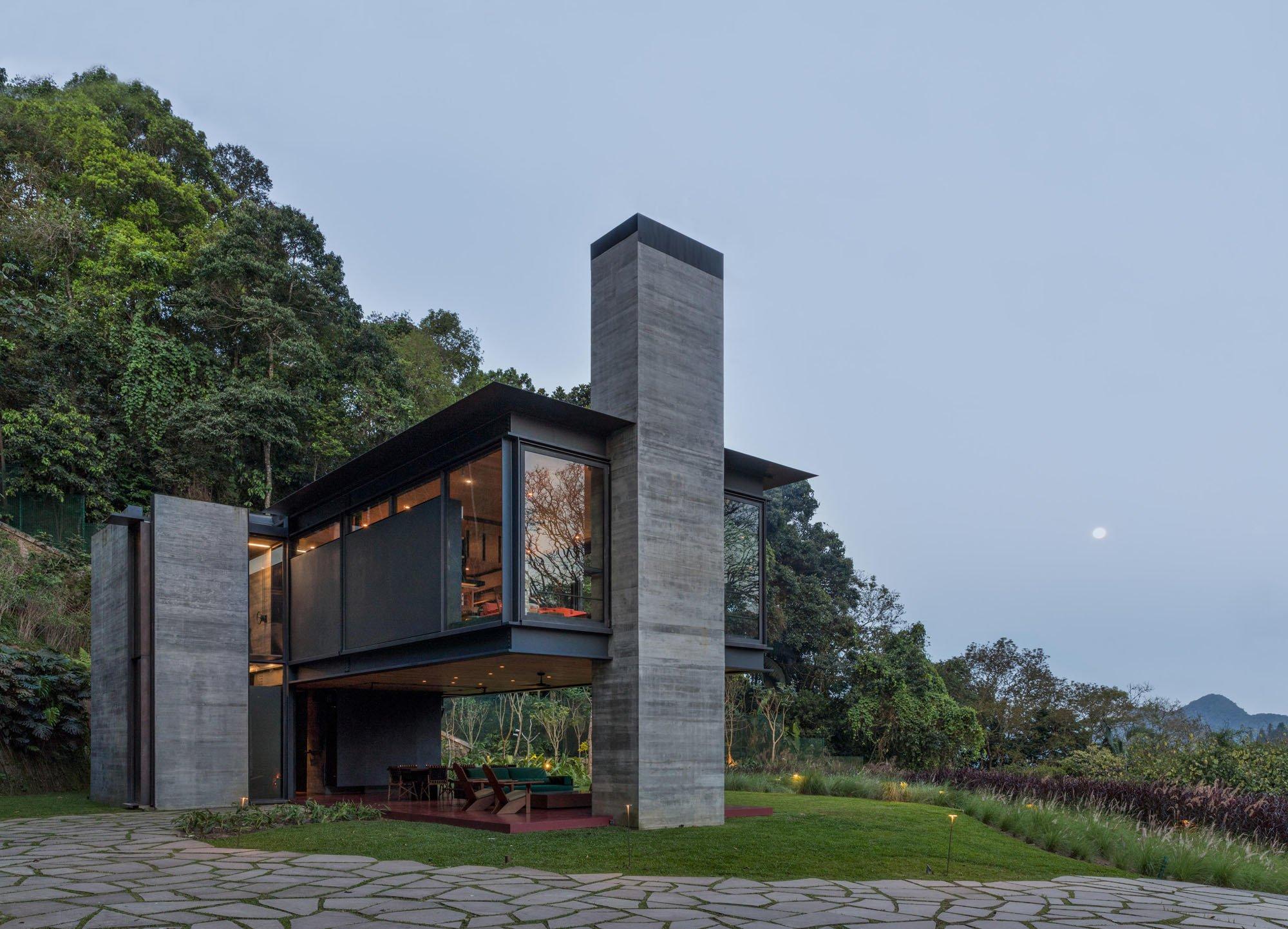 Innen oder Außen? Die Frage erübrigt sich bei diesem Wohnhaus, das Olson Kundig aus Seattle am Zuckerhut in Brasilien errichtet haben: eine Ode an die Natur – und die physische Erfahrung von gebautem Raum durch pure Muskelkraft.