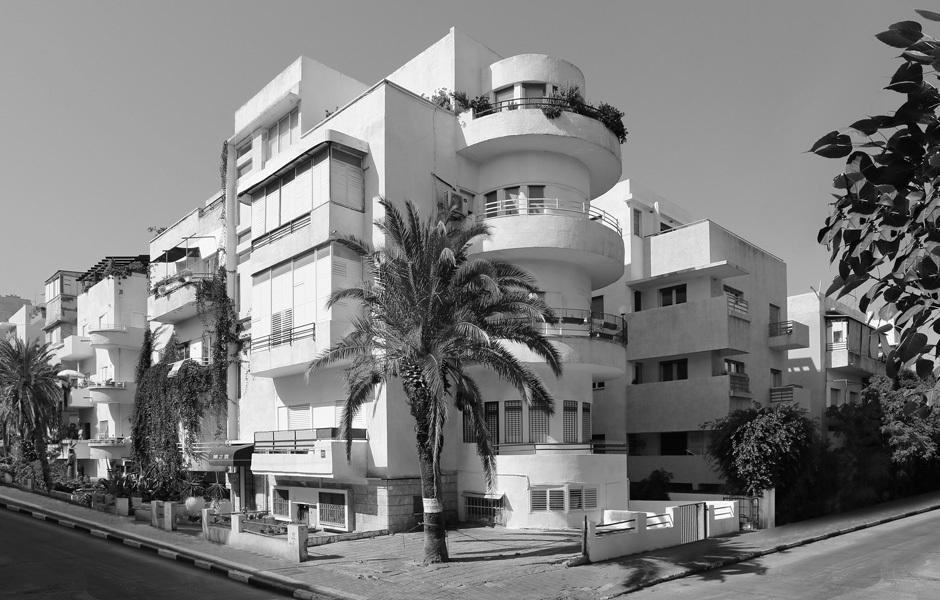 Die weiße Stadt, Tel AvivDas Runde trifft aufs Eckige: Das Wohnhaus aus den Vierzigerjahren zeigt stilistische Merkmale, die typisch sind für die Gebäude der weißen Stadt: vorkragende Dächer, verglaste Veranden, abgerundete Balkone. Foto: Jean Molitor