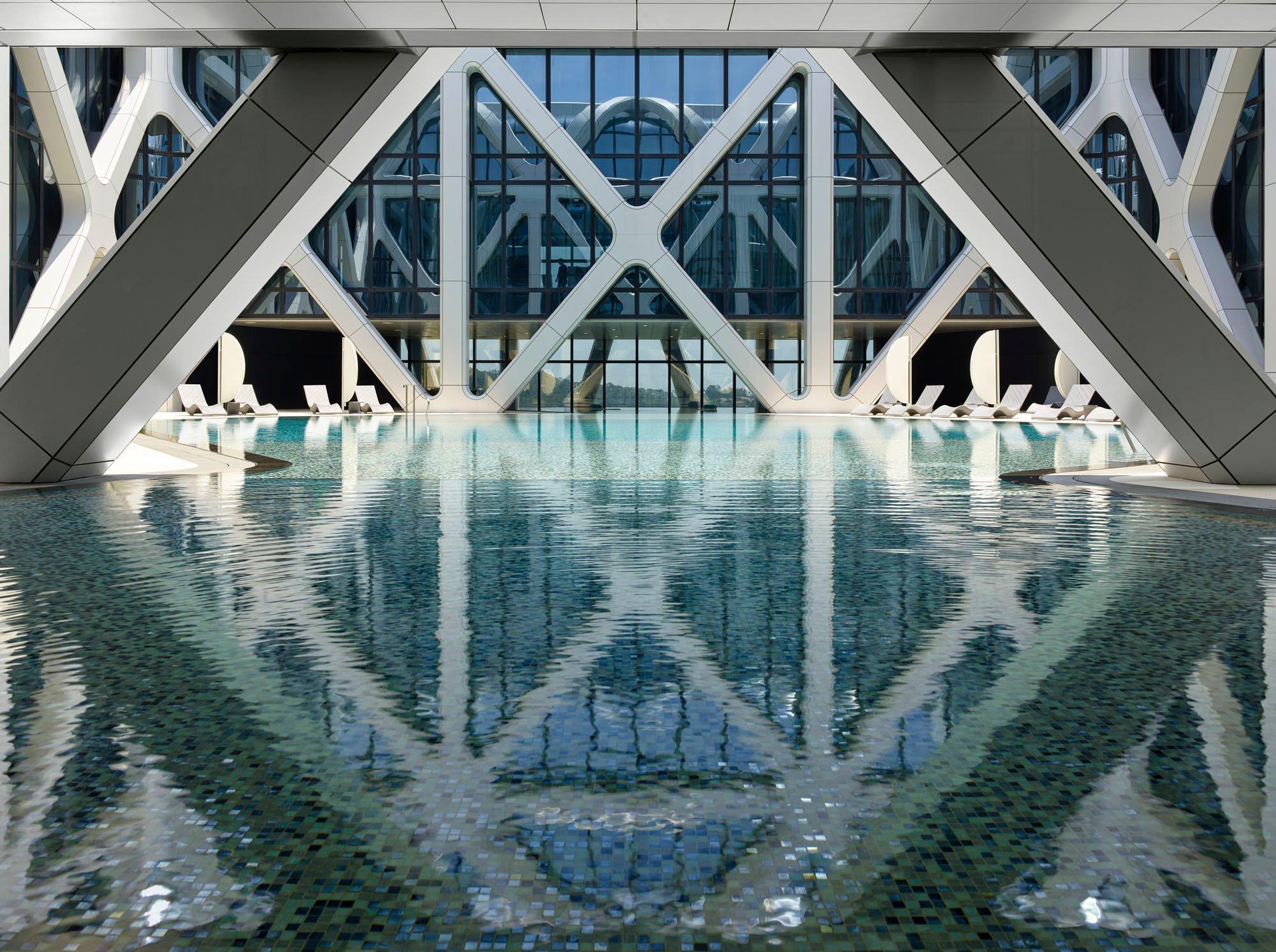 MORPHEUS HOTEL: Den besten Ausblick gibt es vom Außenpool auf der 40. Etage. Foto: Virgile Simon Bertrand