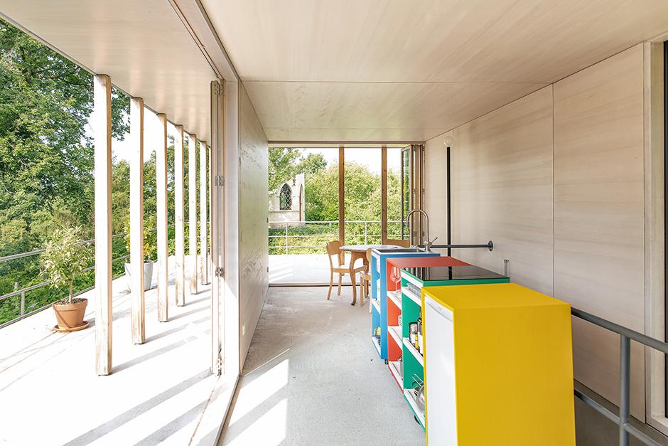 Der Holzpavillon dient im Sommer als Küche.