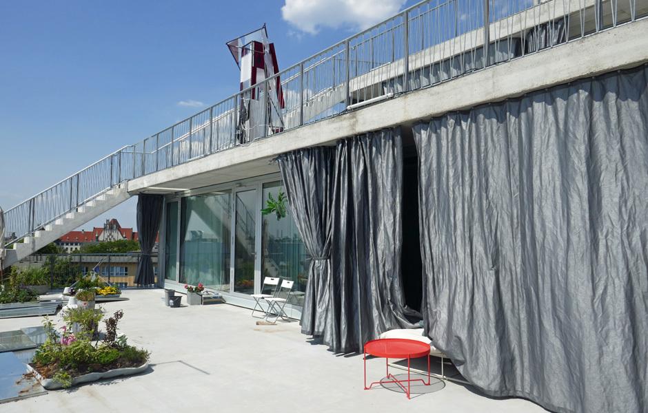 Die Rückseite ist terrassenförmig angelegt, im Sommer wähnt man sich im Süden. Foto: Claudia Simone Hoff