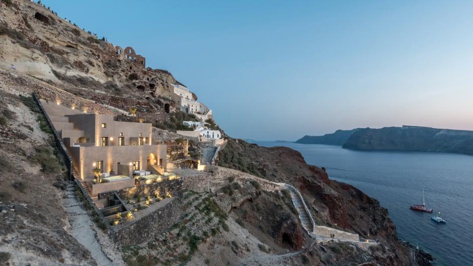 Das Boutique-Hotel fügt sich perfekt in die Steilküste der Insel ein.