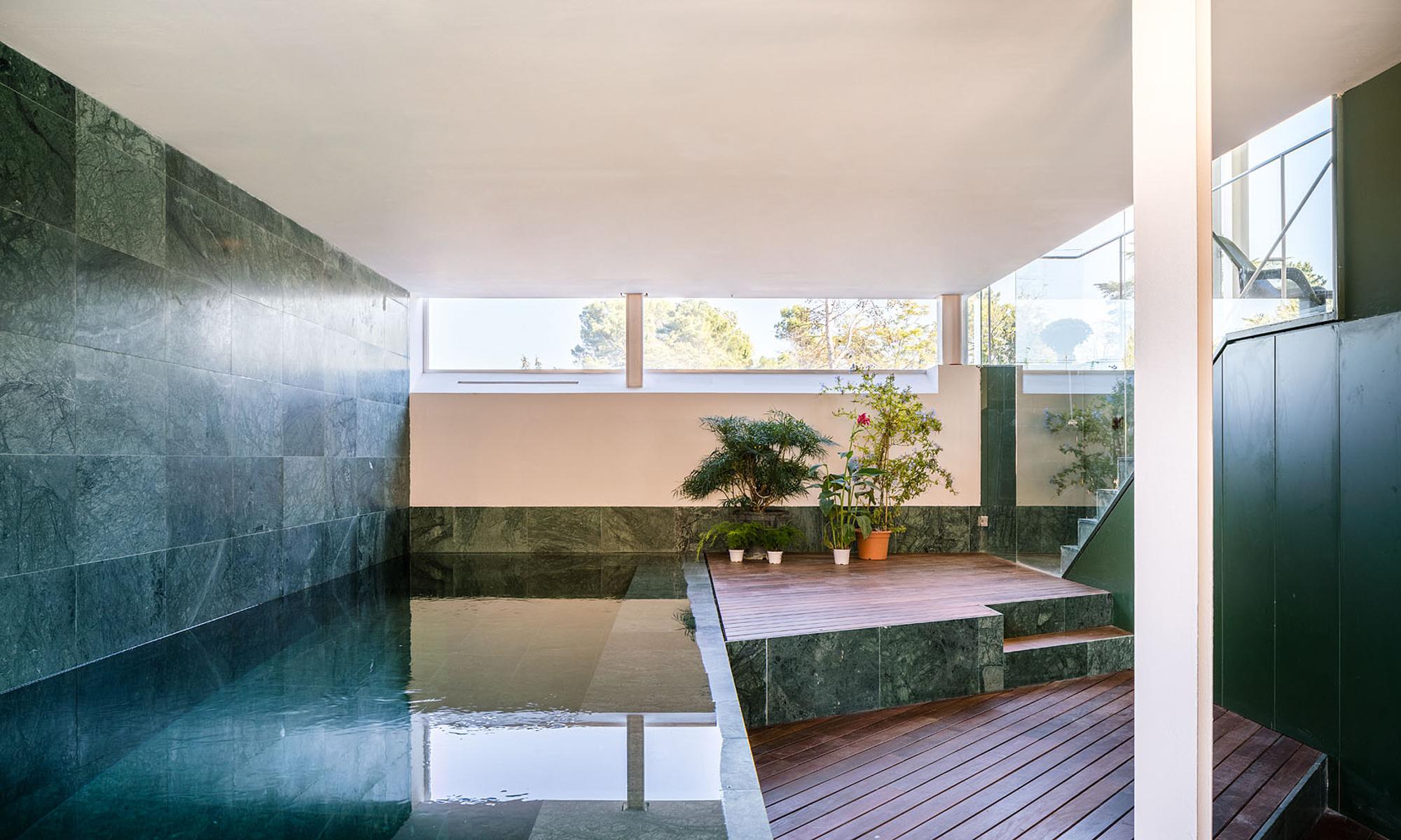 Verkleidungen aus schwarzem und grünem Marmor betonen die Übergänge von einer Ebene zur anderen. Auch der Indoor-Pool wird auf geschickte Weise in die Raumspirale eingebunden.