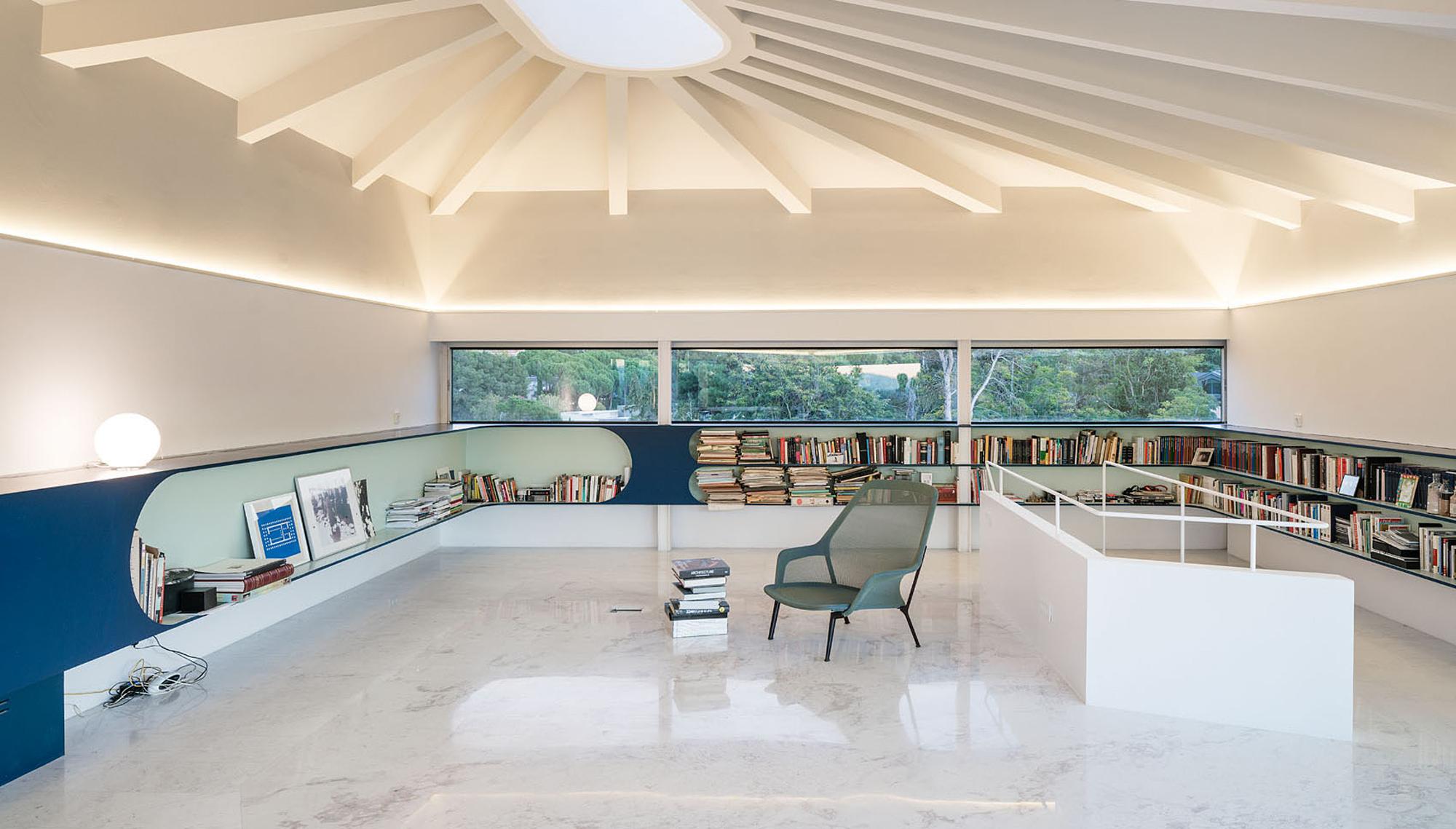 An der ansteigenden Decke des Lesezimmers zeichnen sich strahlenförmige Leisten ab, die ihr den Charakter eines Zirkuszeltes geben.Ein rundes Oberlicht öffnet den Raum zur Dachterrasse.