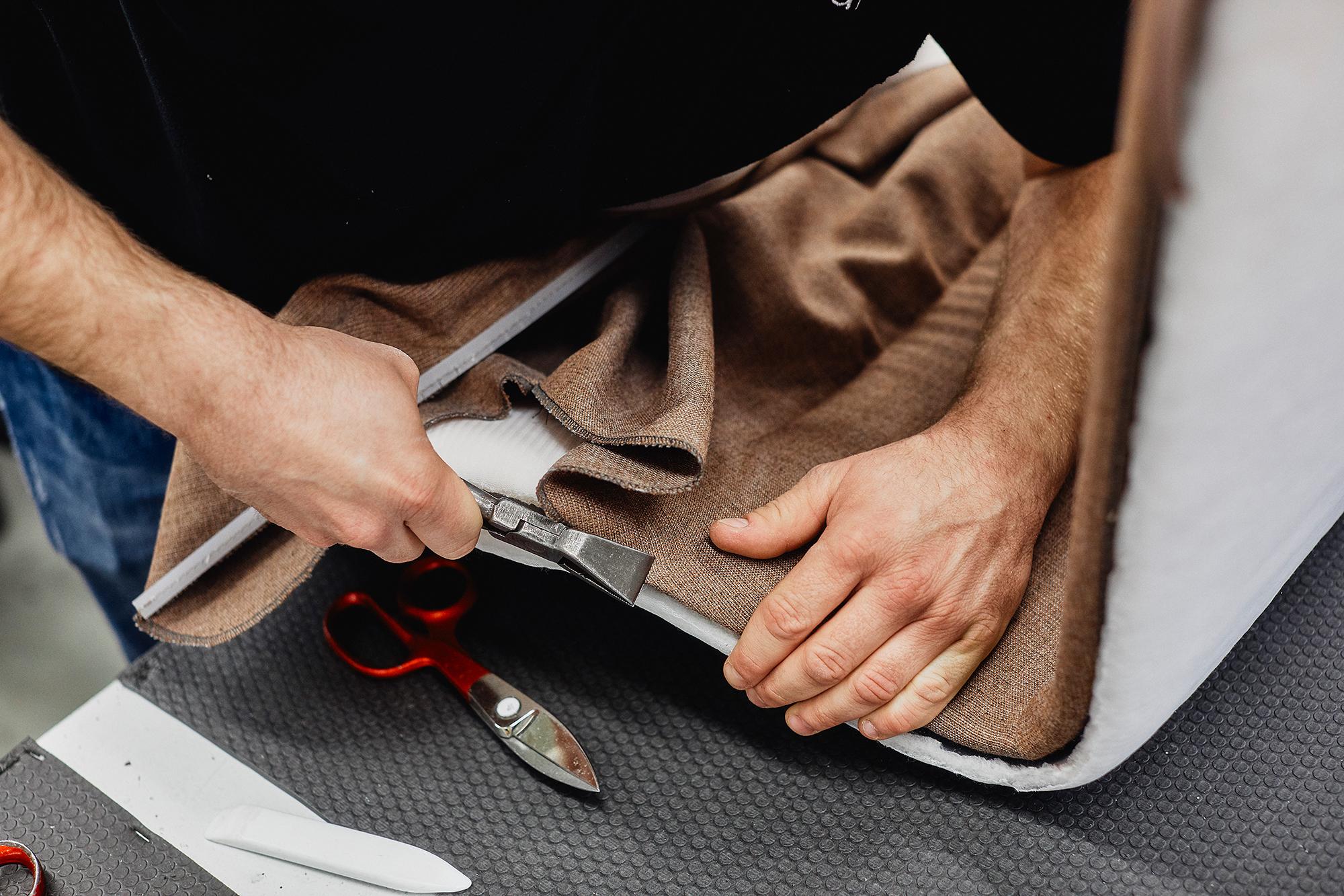 Die vielen Materialien, die im Bereich der Bezüge eingesetzt werden, fordern individuelle Zuschnitte und eine gefühlvolle Polsterarbeit.