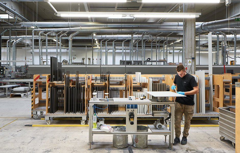 Fertigungsstraßen für die hochmoderne maschinelle Produktion wechseln sich mit Arbeitsstationen ab, die nur mit gutem Auge und sicherer Hand bedient werden können.