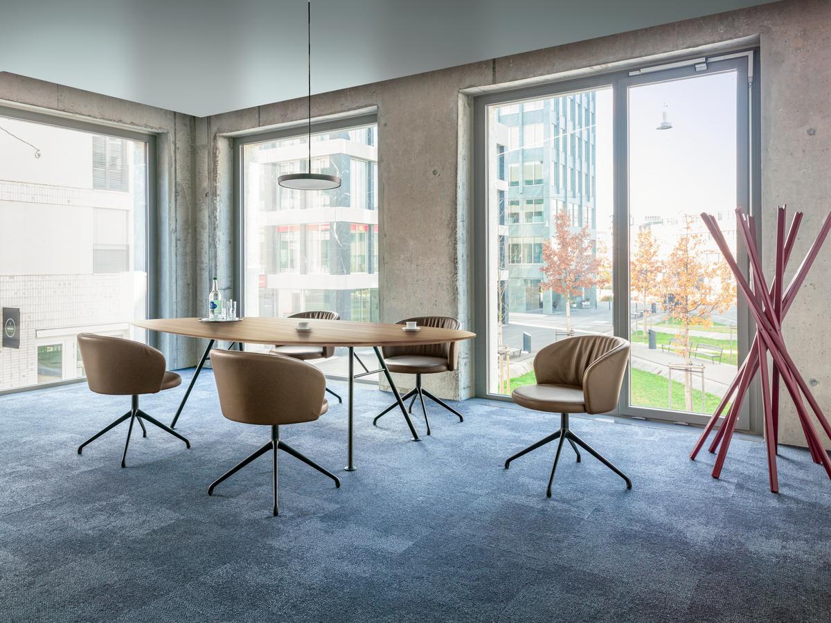 Akio Steel: Massivholztisch mit Stahlgestell