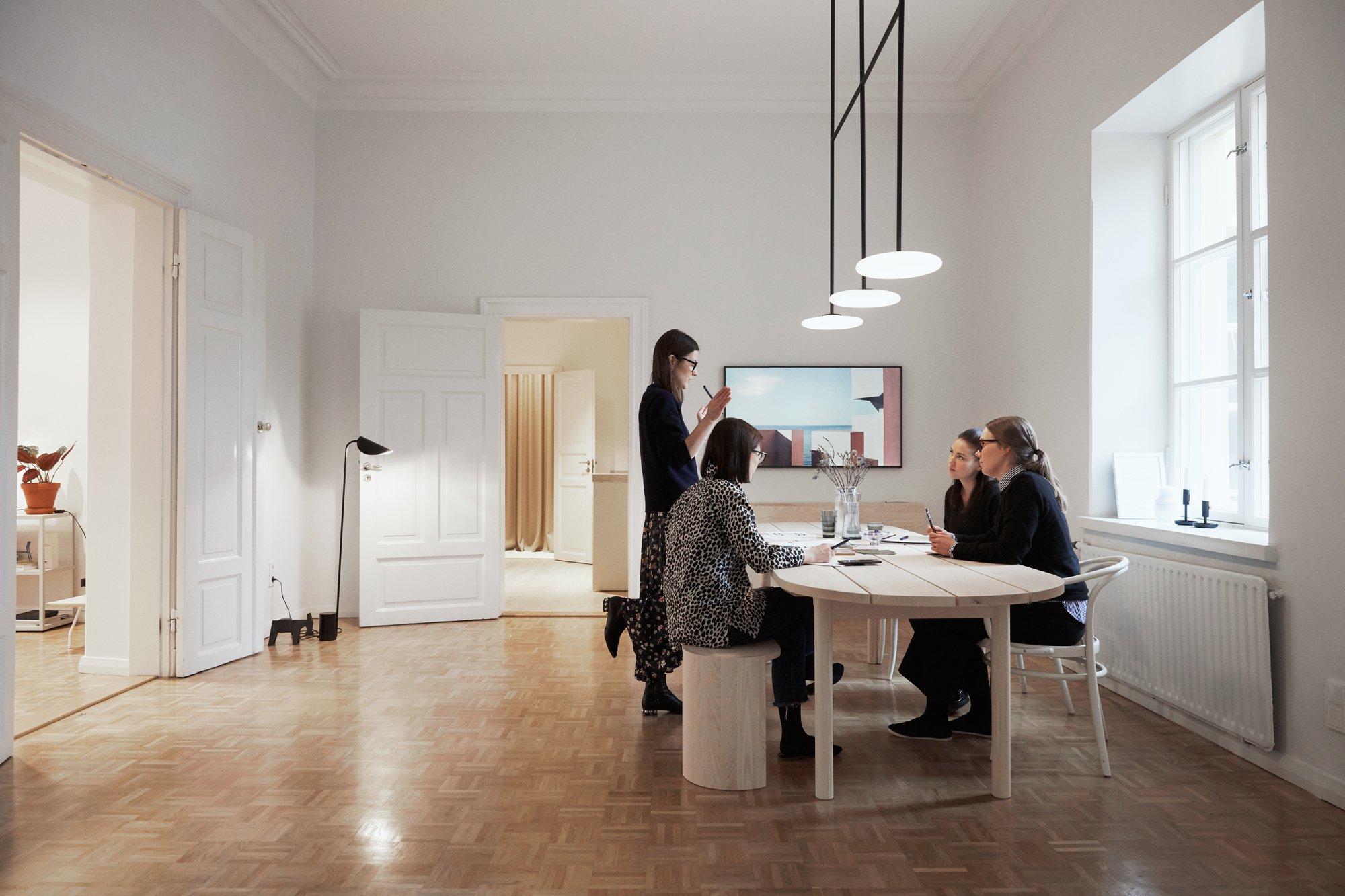 Office in Helsinki: Die Räume von Studio Joanna Laajisto befinden sich in der Kalevankatu 18 B in der Innenstadt von Helsinki, nicht weit entfernt von der Flaniermeile Esplanadi. Hier befinden sich auch einige Entwürfe der Designerin wie die Hängeleuchte Ihana, die Laajisto für Marset entworfen hat. Foto/ Copyright: Studio Joanna Laajisto