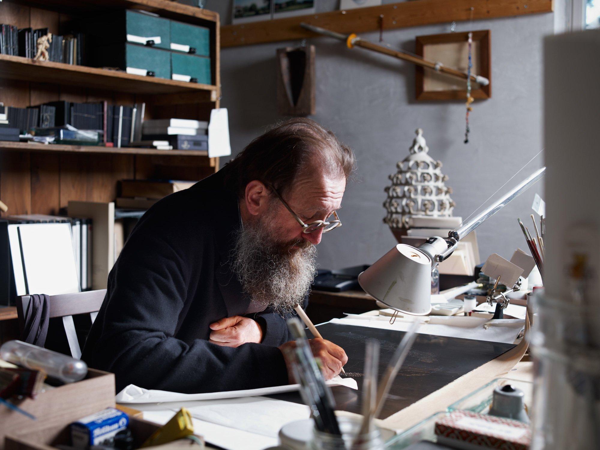 Michele De Lucchi liebt es, mit der Hand zu zeichnen. In seinem Studio am Lagio Maggiore arbeitet er gern auch handwerklich, wobei manchmal sogar eine Kettensäge zum Einsatz kommt. Foto/ Copyright: Max Rommel