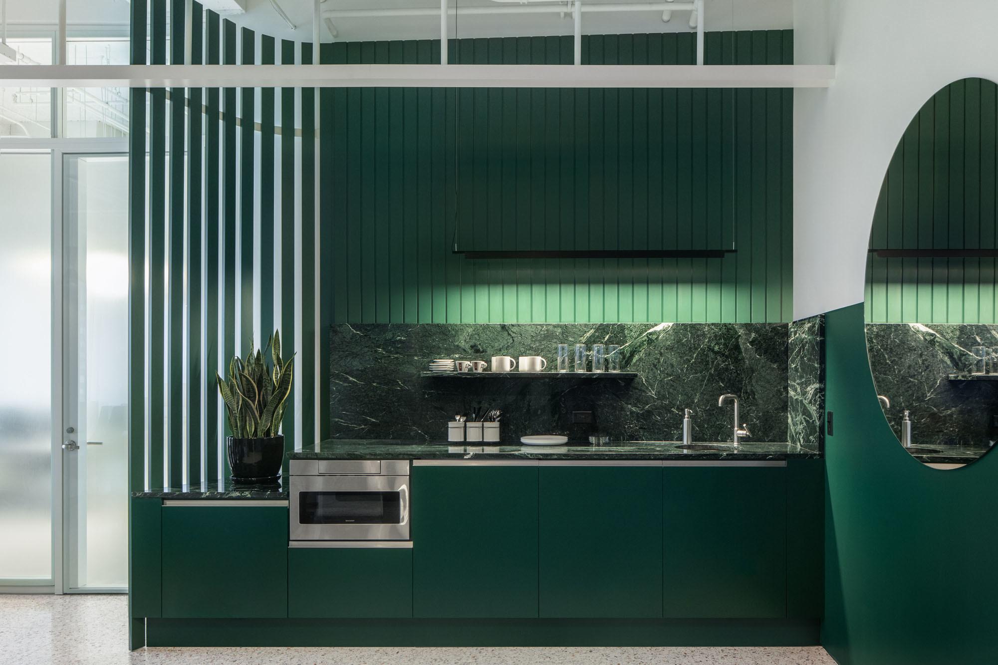Die Wände sind ebenso in grüner Farbe gehalten wie die Fronten und Rückwände der Küche, deren Arbeitsflächen aus grünem Marmor gearbeitet sind.Foto: James Florio