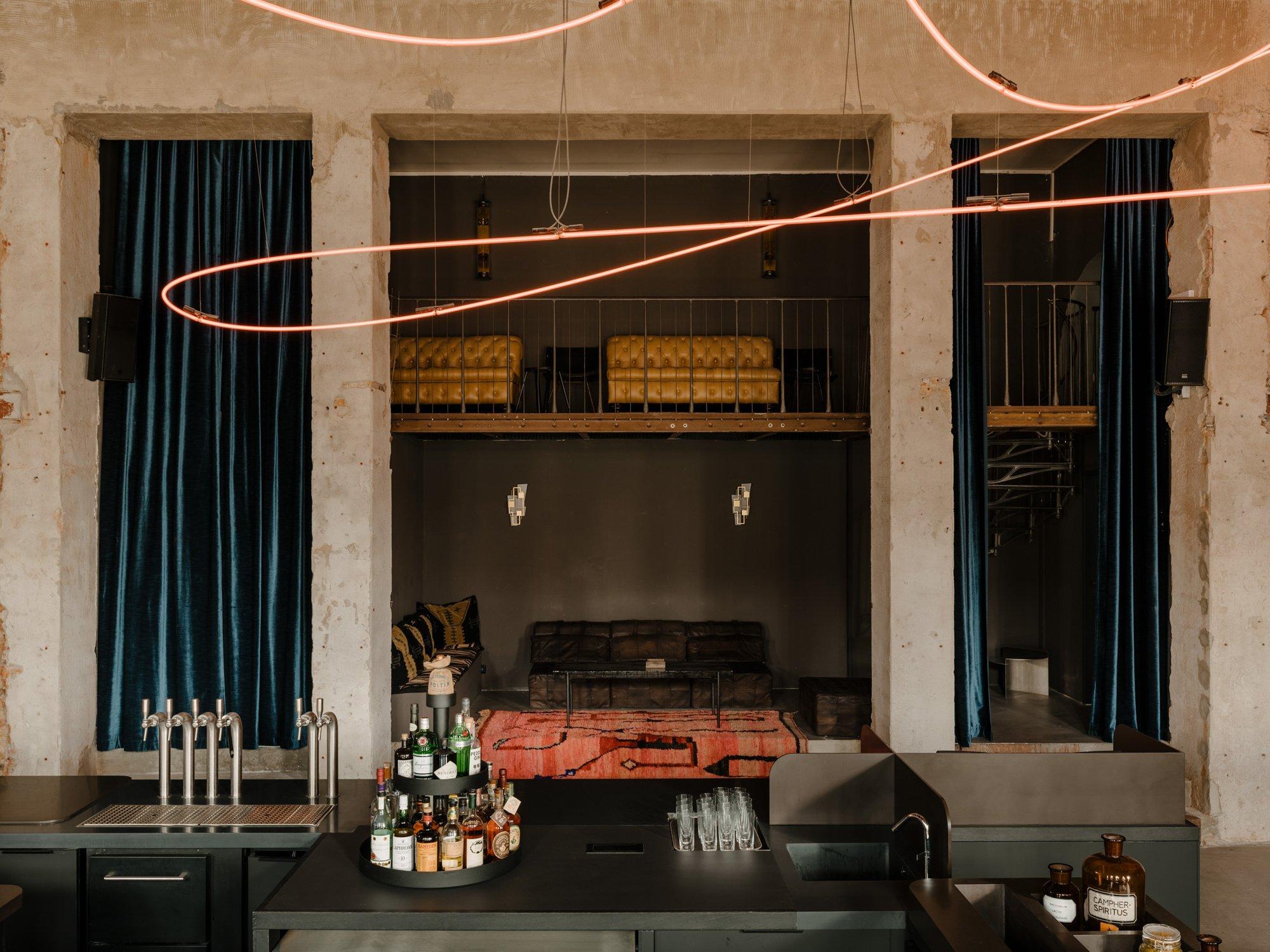 Mit seinen acht Meter hohen Decken, ausgewählten Vintage-Möbeln und zum Teil eigens in Auftrag gegebenen Kunstwerken gleichtdas Lokal einermondänen Bühne.Dennoch ist es ganz klar im brüchigen Charme der Berliner Nacht geerdet. Foto:Robert Rieger