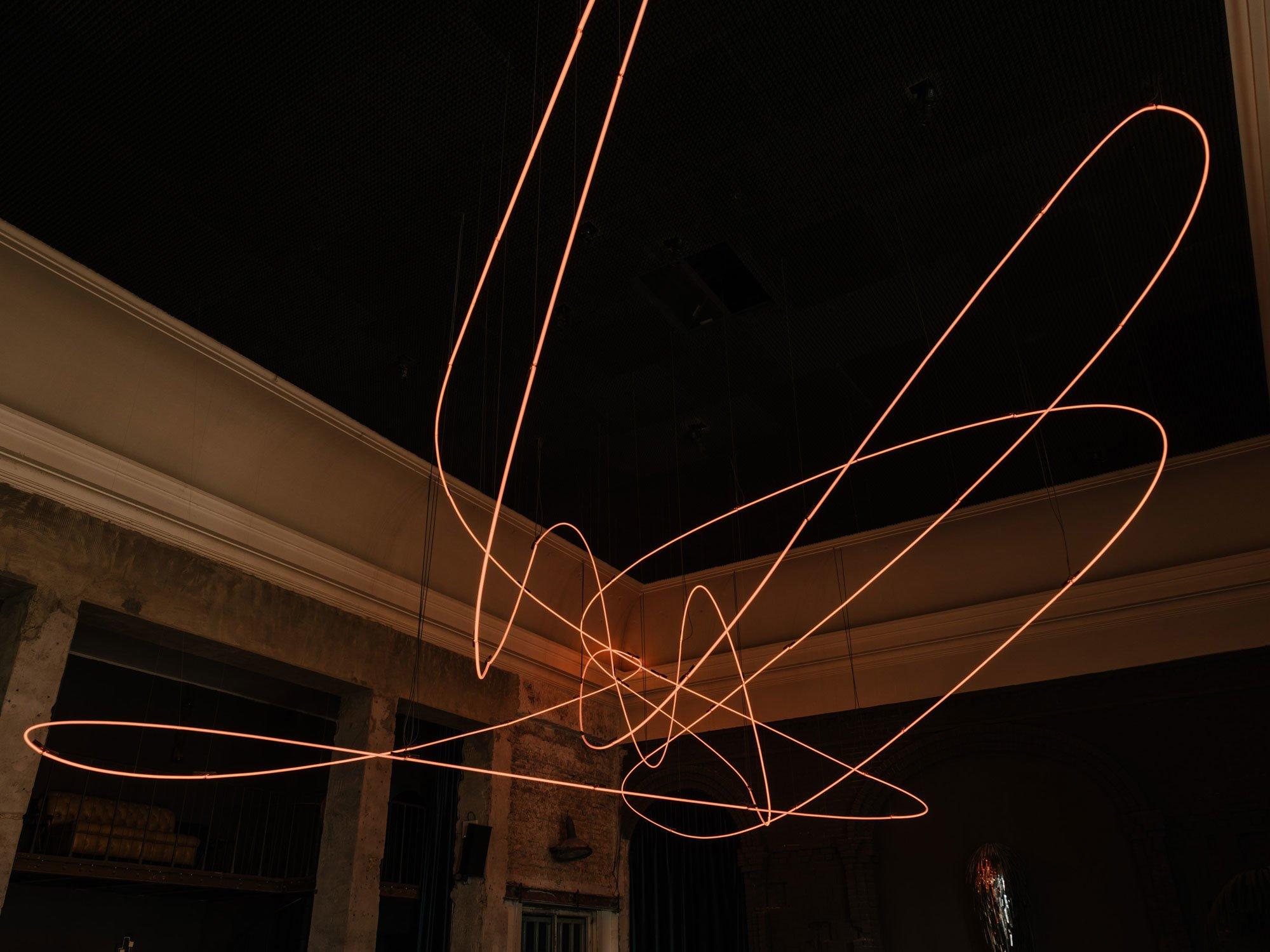 Spaceknot (Pfefferberg) heißt die Arbeit vonKerim Seiler: ein riesiges Knäuel aus mehr als 100 Meter langen Neonröhren, die in gedämpfter Lichtintensität für eine warme, angenehme Beleuchtung des großen Saals sorgen. Foto:Robert Rieger