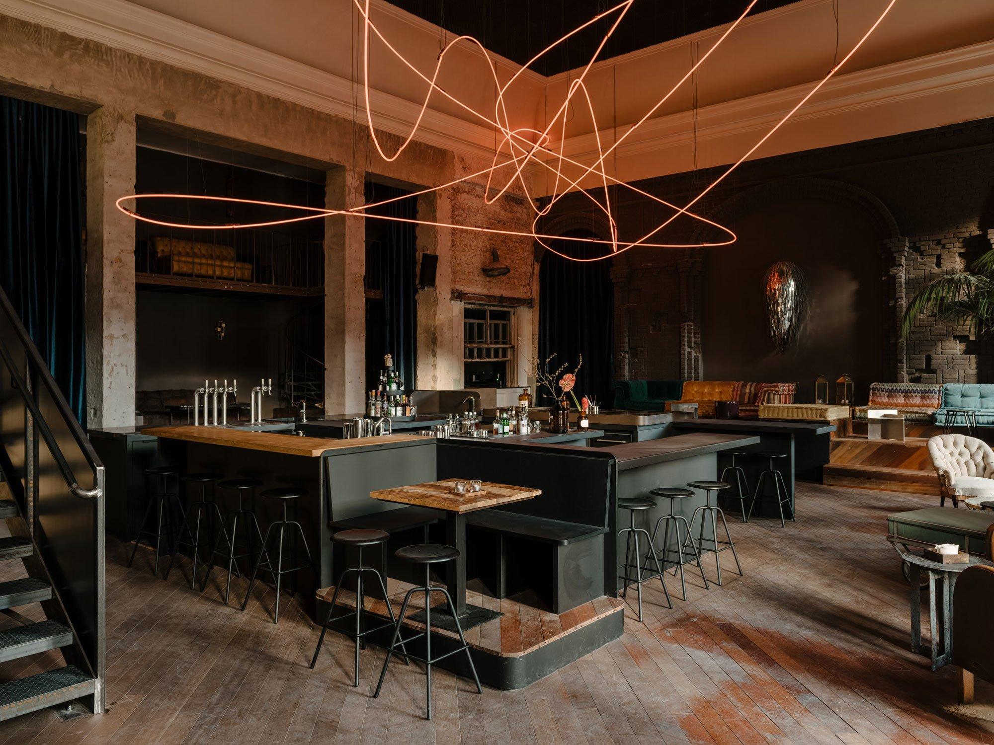 Wilde Berliner Mischung: Das Kink ist Restaurant, Bar, kulinarisches Labor und Club in einem. Unter acht Meter hohen Decken treffen Vintage-Möbel und Kunstwerke zusammen. Foto:Robert Rieger