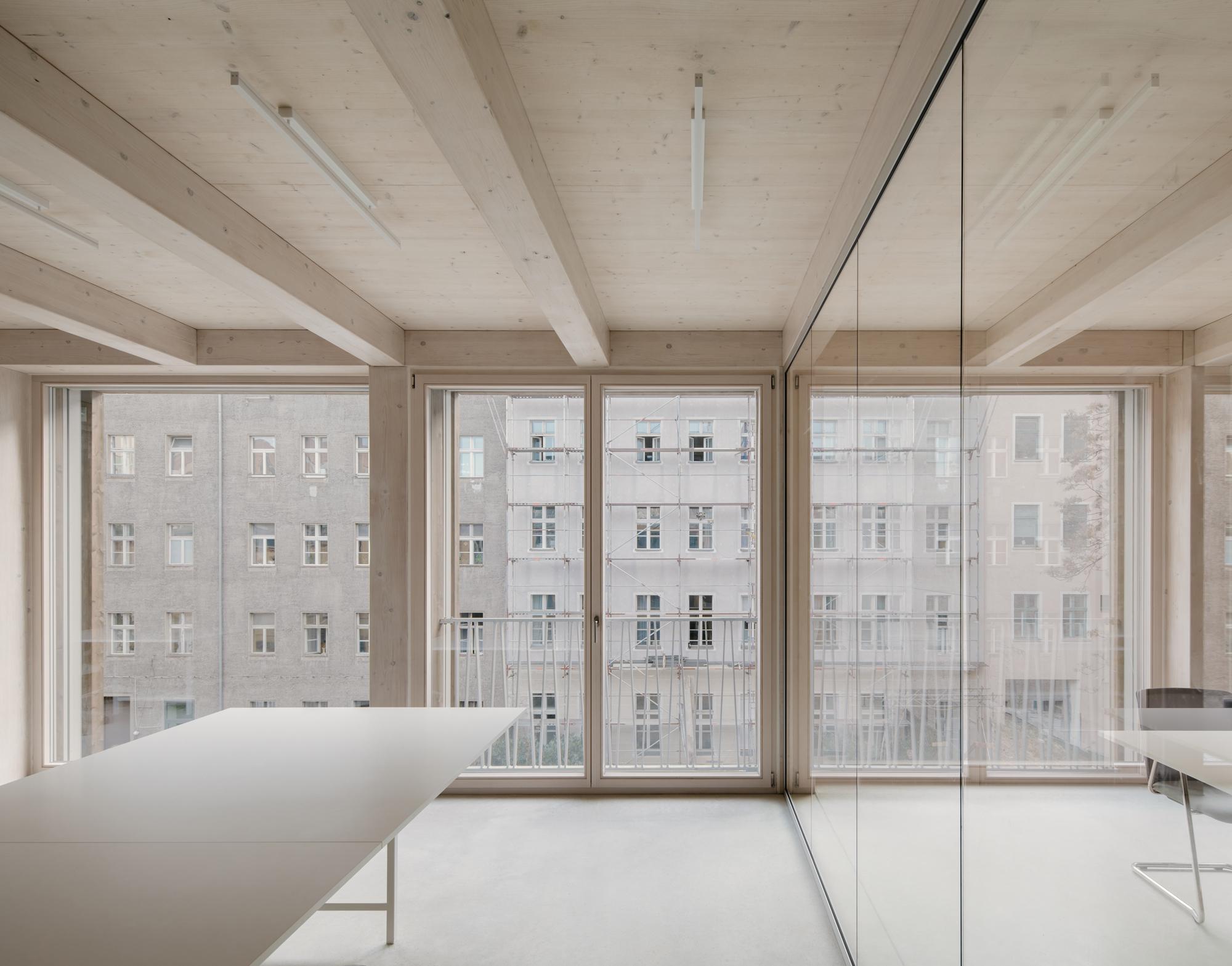 """""""Die Deckenkonstruktion bleibt im Innenraum sichtbar und trägt maßgeblich zur besonderen Atmosphäre der Räume bei"""", erklärt Architekt Jan Wiese."""