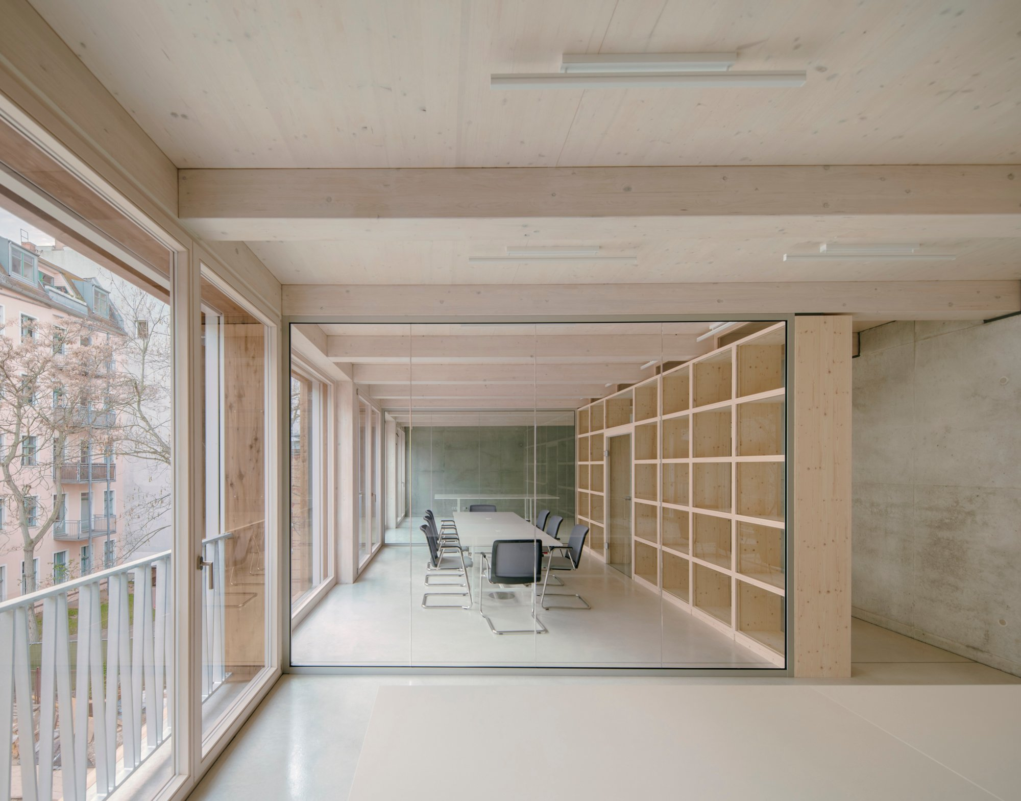 Holz setzt dem Schroffen und Harten des Betons eine weiche, organische Facette entgegen.