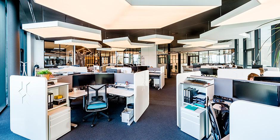 Die offenen Arbeitsplätze sind in Dreieckform angeordnet. Foto: Martin Pröll