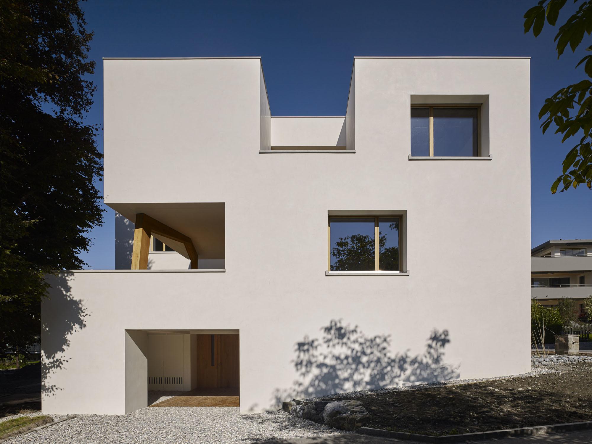 Einschnitte in den 396-Quadratmeter-Bau markieren sowohl den Eingangsbereich als auch die zum Teil überdachten Terrassen.