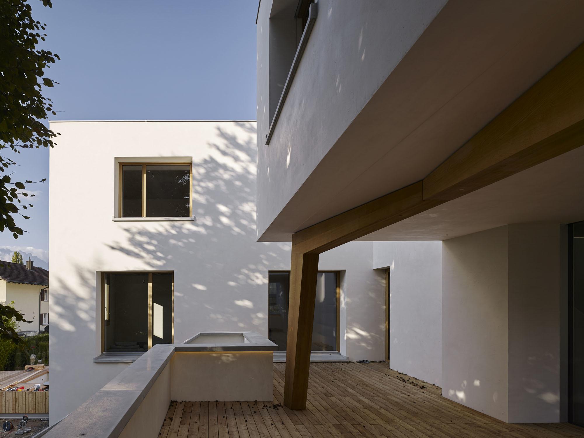 """""""Der Wunsch nach geschützten Außenräumen war ein wesentlicher Aspekt für die Formulierung dieses sehr plastischen Volumens"""", sagtUlli Grassmann, verantwortlicher Projektarchitekt bei Baumschlager Eberle."""