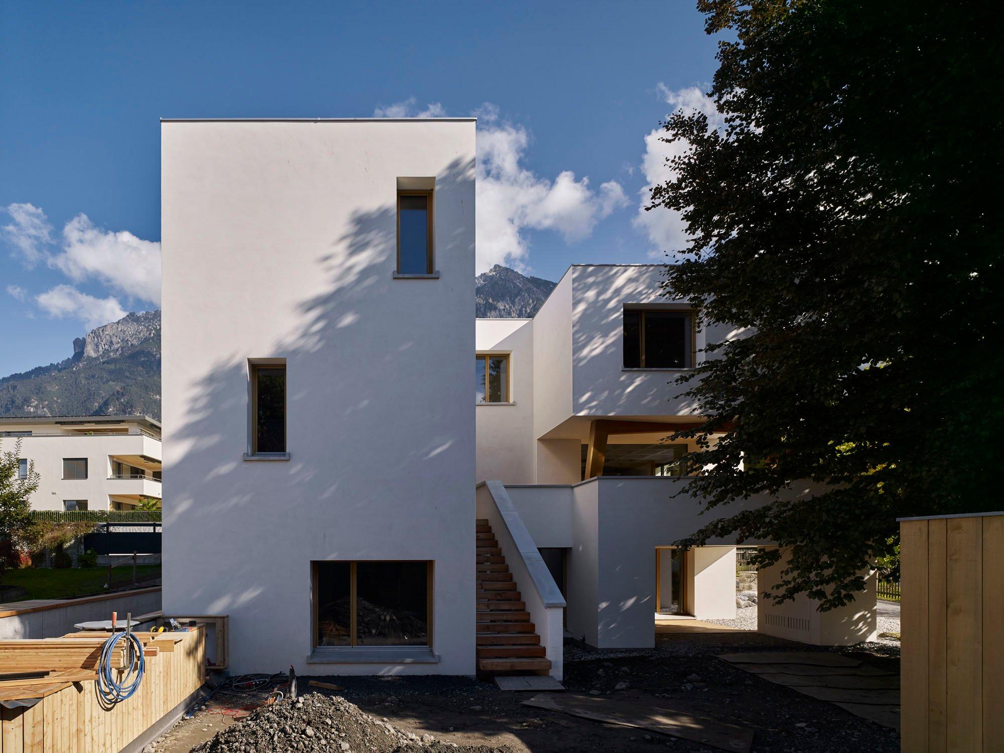 Der L-förmige Grundriss erlaubt die Integration einer groß gewachsenen Rotbuche.Das Haus schmiegt sich um den Baum, sodass ein Innenhof entsteht.