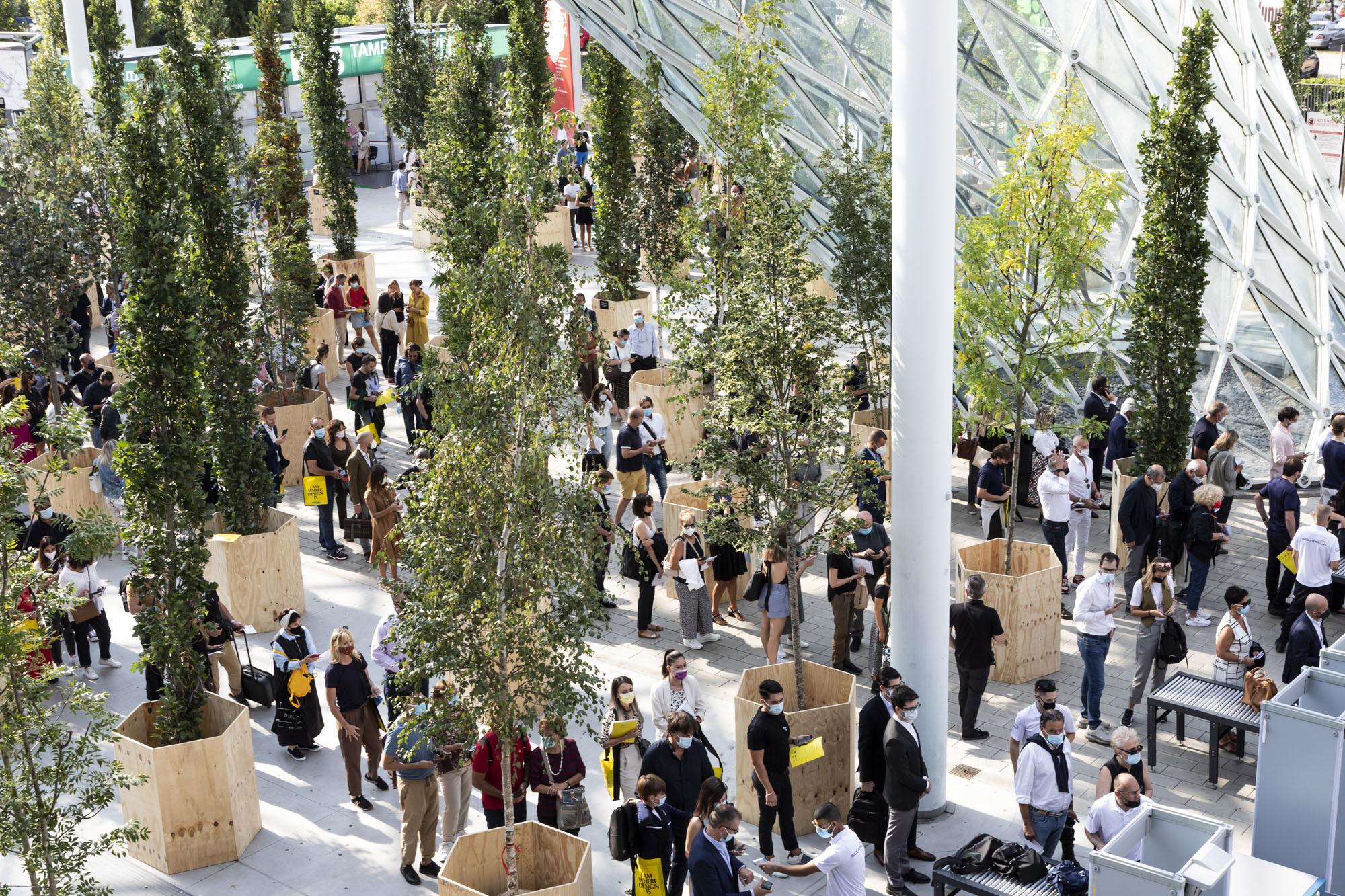 Warteschlangen am Eingangsbereich der Messe. Foto: Salone del Mobile