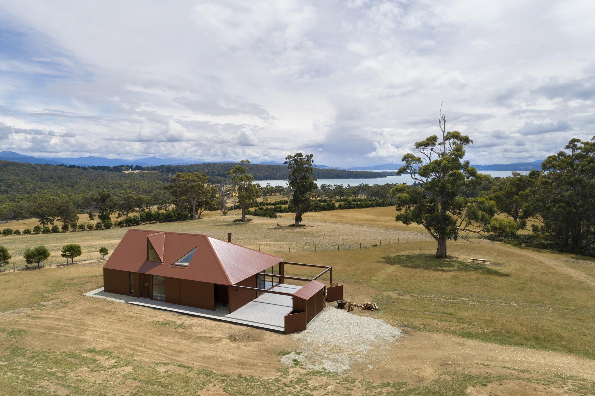 Mit seiner rostroten Wellblechfassade und dem geziegelten Schornstein ist das Haus eine moderne Interpretation australischer Landhäuser.