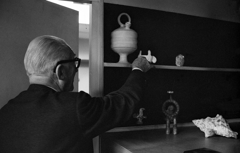 Le Corbusier mit seiner collection particulière im Appartement-Atelier, Paris. René Burri, 1959, Museum für Gestaltung Zürich, Grafiksammlung, © Magnum Photos