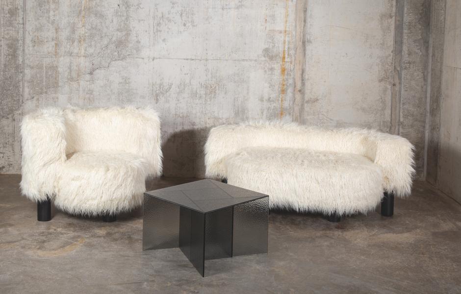 Pow Sessel und Pow Sofa von Hermann August Weizenegger in Kunstfell für Pulpo. Foto: Pulpo