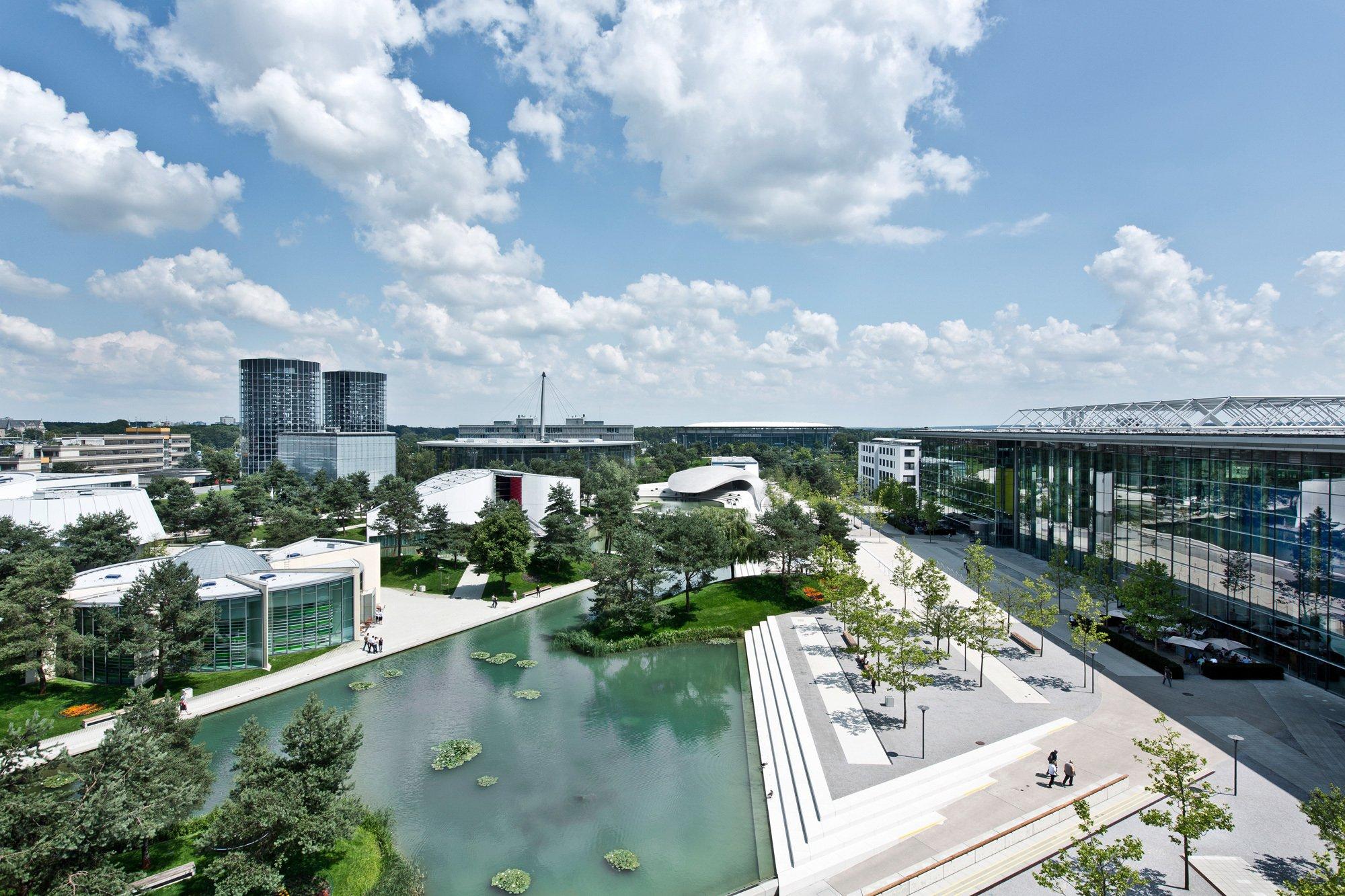 Der Masterplan für die im Juni 2000 eröffnete, Autostadt von Volkswagen in Wolfsburg stammt von Henn Architekten. Die Autostadt befindet sich auf einem 25 Hektar großen Gelände gleich neben dem Volkswagenwerk aus den Dreißigerjahren. Foto/ Copyright: Nils-Hendrik Müller