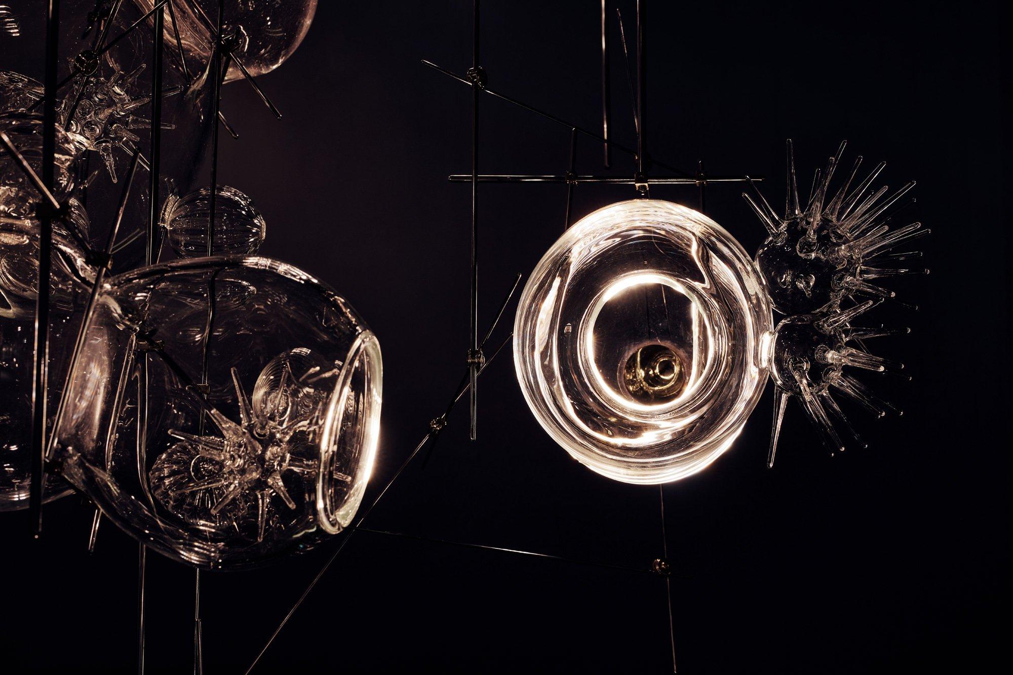Paradise City ist ein Entwurf von Lindsey Adelman, der in Brooklyn von einer Glasbläserin mundgeblasen wird. Die Stücke sind ab rund 8.000 Euro erhältlich. Foto/ Copyright: Mark Cocksedge