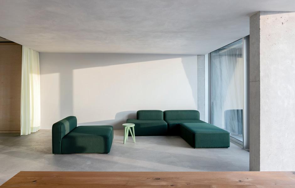 Locker verstreute Sofas von Hay laden zum Loungen ein. Foto: Stefan Hoederath (hoederath.com)