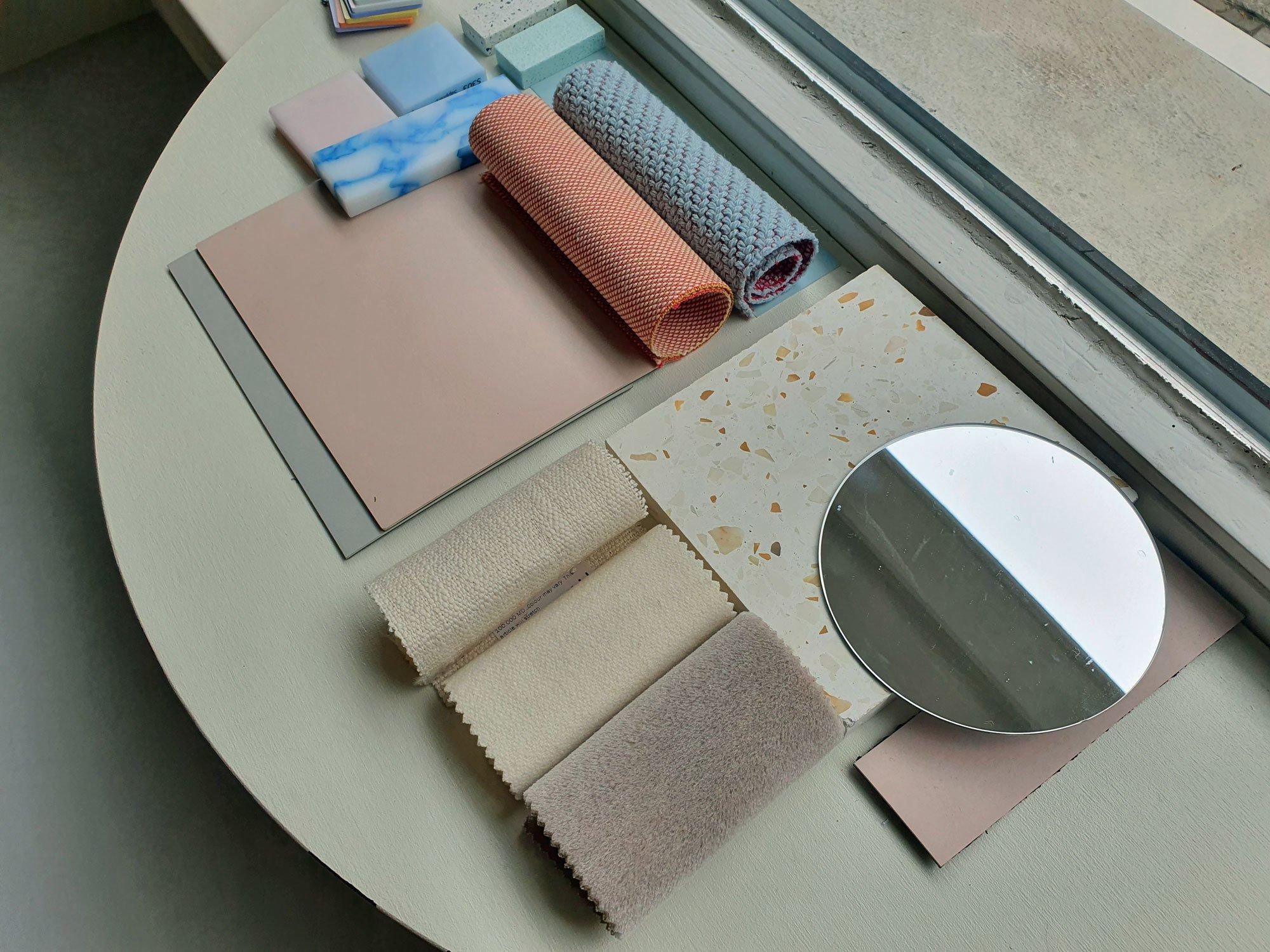 Hereinspaziert! Mood- und Materialboard im Schaufenster. Foto/ Copyright: Claudia Simone Hoff