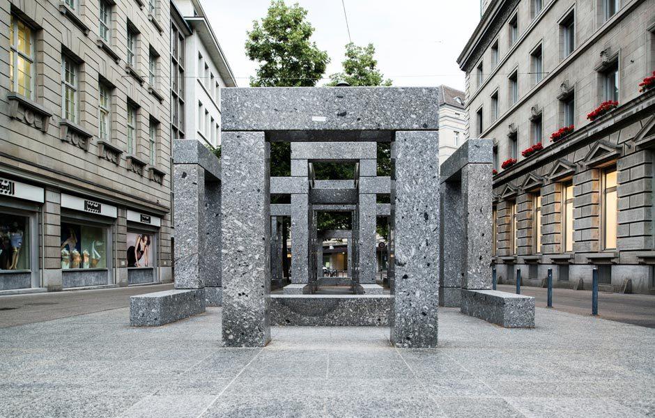 UNTERWEGS IN DER STADTDie begehbare Pavillon-Skulptur von Max Bill steht seit 1983 an prominenter Lage an der Bahnhofstrasse. Sie ist aus Granit gefertigt. Foto/ Copyright: Zürich Tourismus
