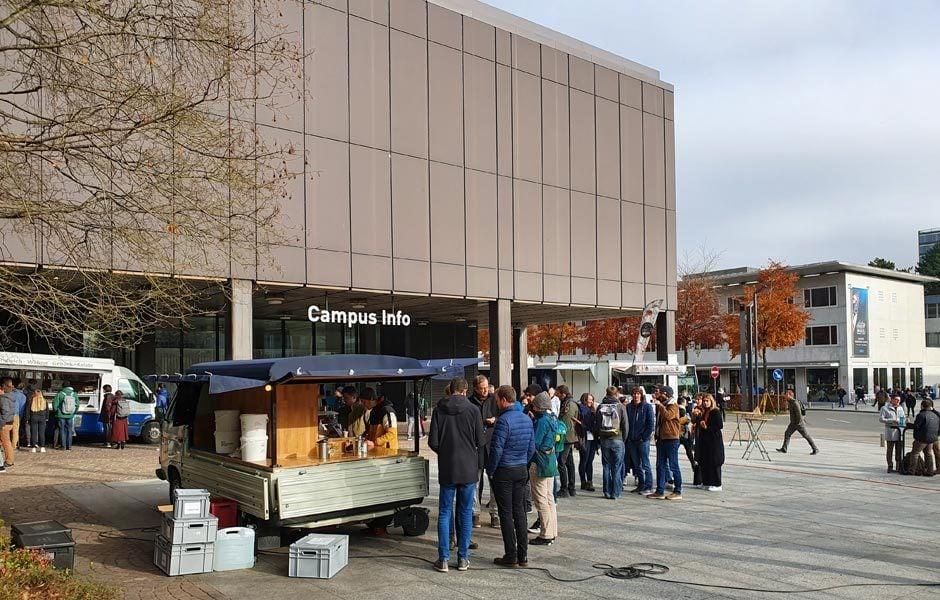 Auf dem Platz vor der Architekturakultät stehen Studenten für einen guten Kaffee an, während ... Foto/ Copyright: Claudia Simone Hoff