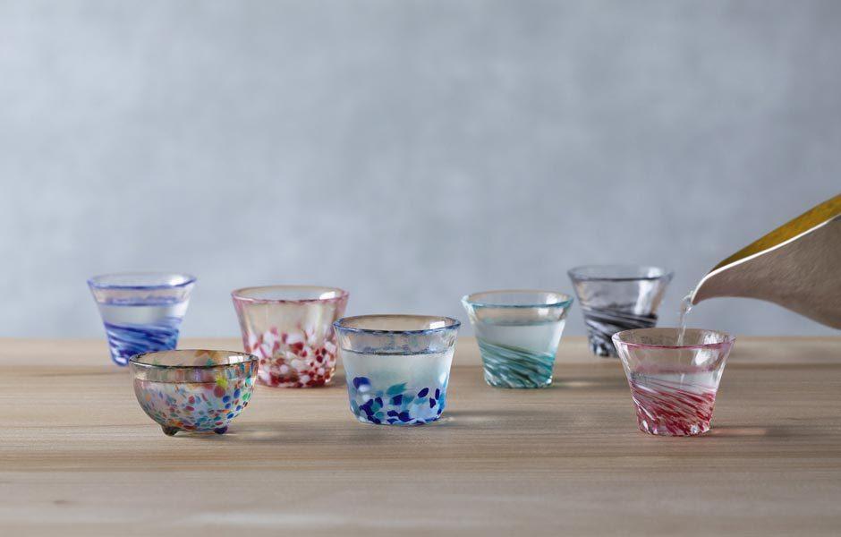 TRANSPARENZEN: GLAS & GLÄSERDas Handwerk ist da! Einen Schwung Farbe bringen die Gläser des japanischen Herstellers Ishizuka auf den fein gedeckten Tisch. Foto: Ishizuka