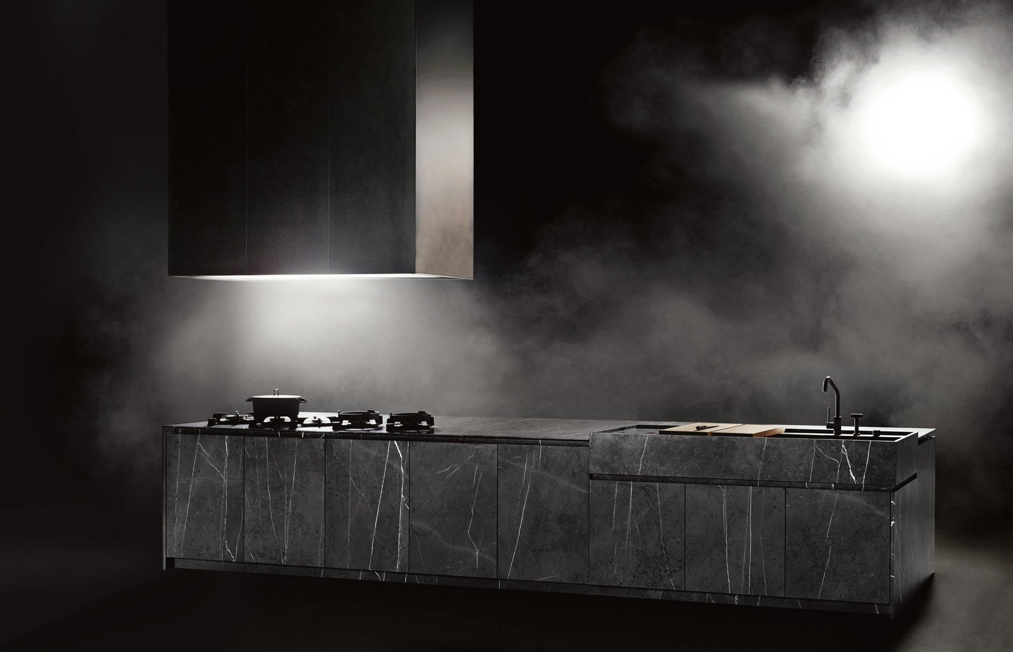 Das Küchenmodell APR60 von Piero Lissoni für den italienischen Hersteller Boffi kommt in dunklem, sehr elegantem Greystone daher. Foto/Copyright: Tommaso Sartori
