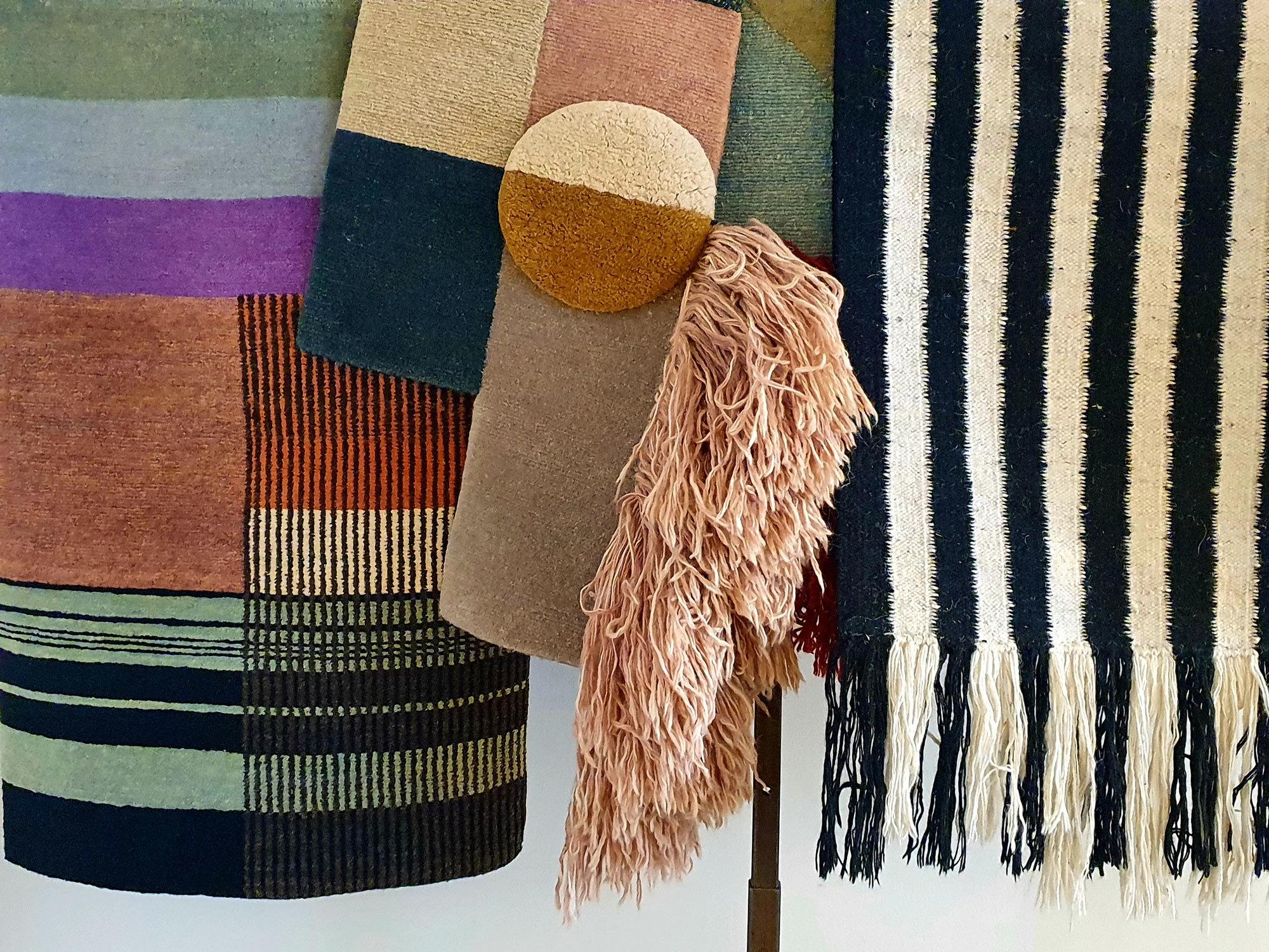 Streifen & Wollpuschel: Wanddekoration aus Lyk-Carpet-Teppichen im Studio. Foto/ Copyright: Claudia Simone Hoff
