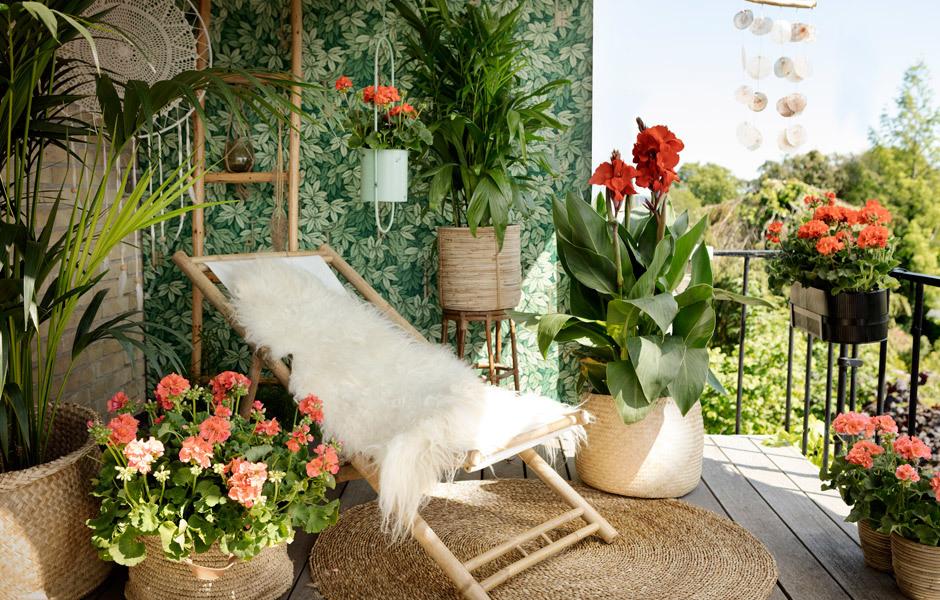 MULTITALENTE: MÖBELHygge ist längst auch auf dem Balkon angekommen. Die gestalterischen Zutaten: Felle zum Hineinkuscheln, natürliche Materialien wie Bambus, Leinen und Keramik, Naturtöne. Foto/ Copyright: Pelargonium for Europe