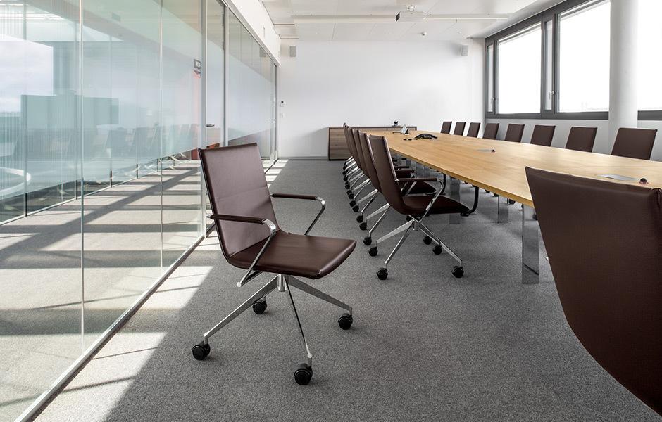 Möblierung von Girsberger: Drehstuhl Jack und Tisch Adapt, Foto: © Girsberger