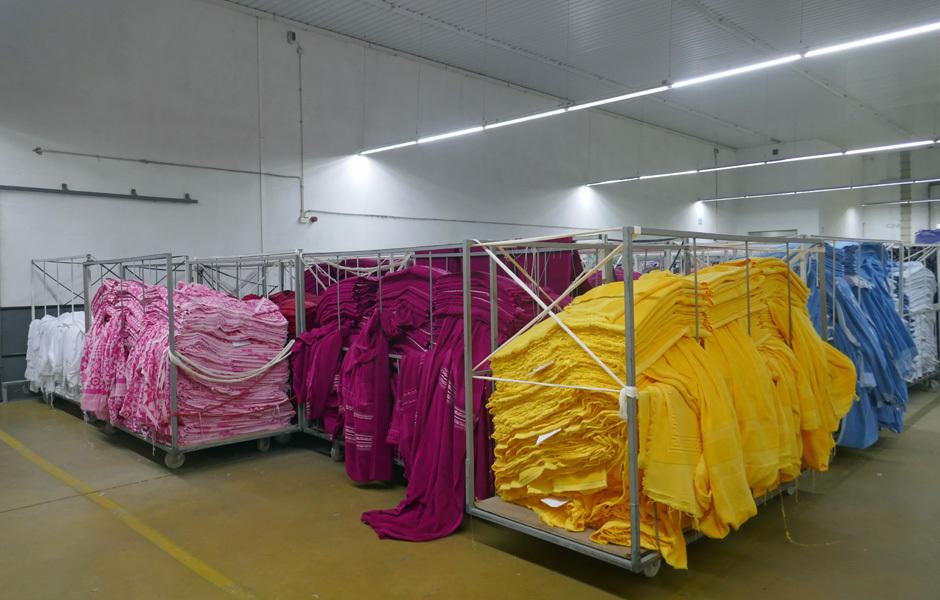 IN DER FABRIK VON DOMINGOS DE SOUSAAllein Domingos de Sousa produziert jährlich Millionen von Frottiertüchern für verschiedene Marken, die sich ... Foto/ Copyright: Claudia Simone Hoff