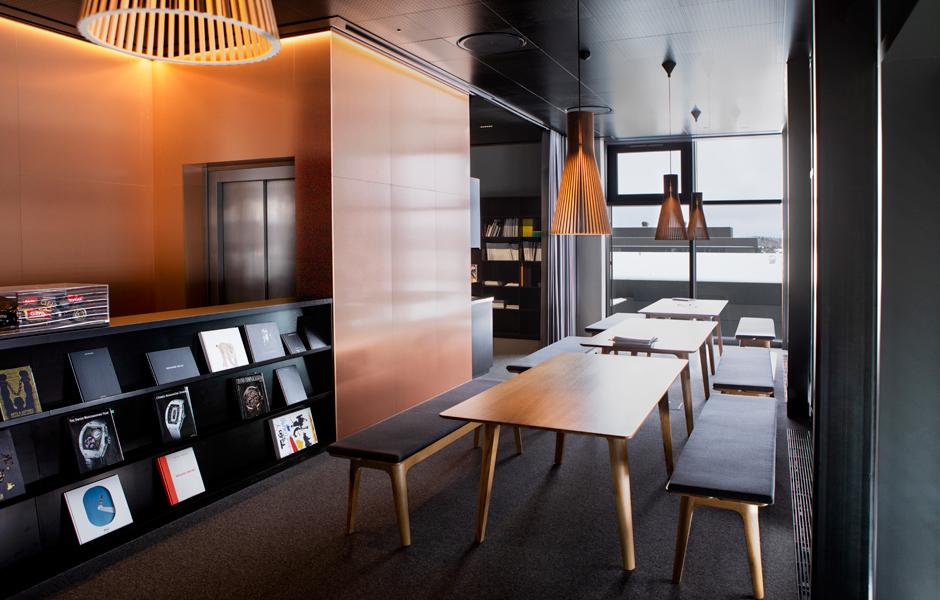 Durch die sich kontrastierenden Materialien von Boden und Decke werden die hochwertigen Materialien der Möblierung in Szene gesetzt. Foto © Atelier Oï