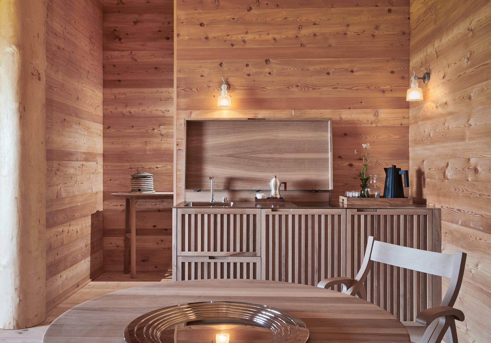 Pantry-Küche aus Nussbaumholz. Foto: Max Rommel