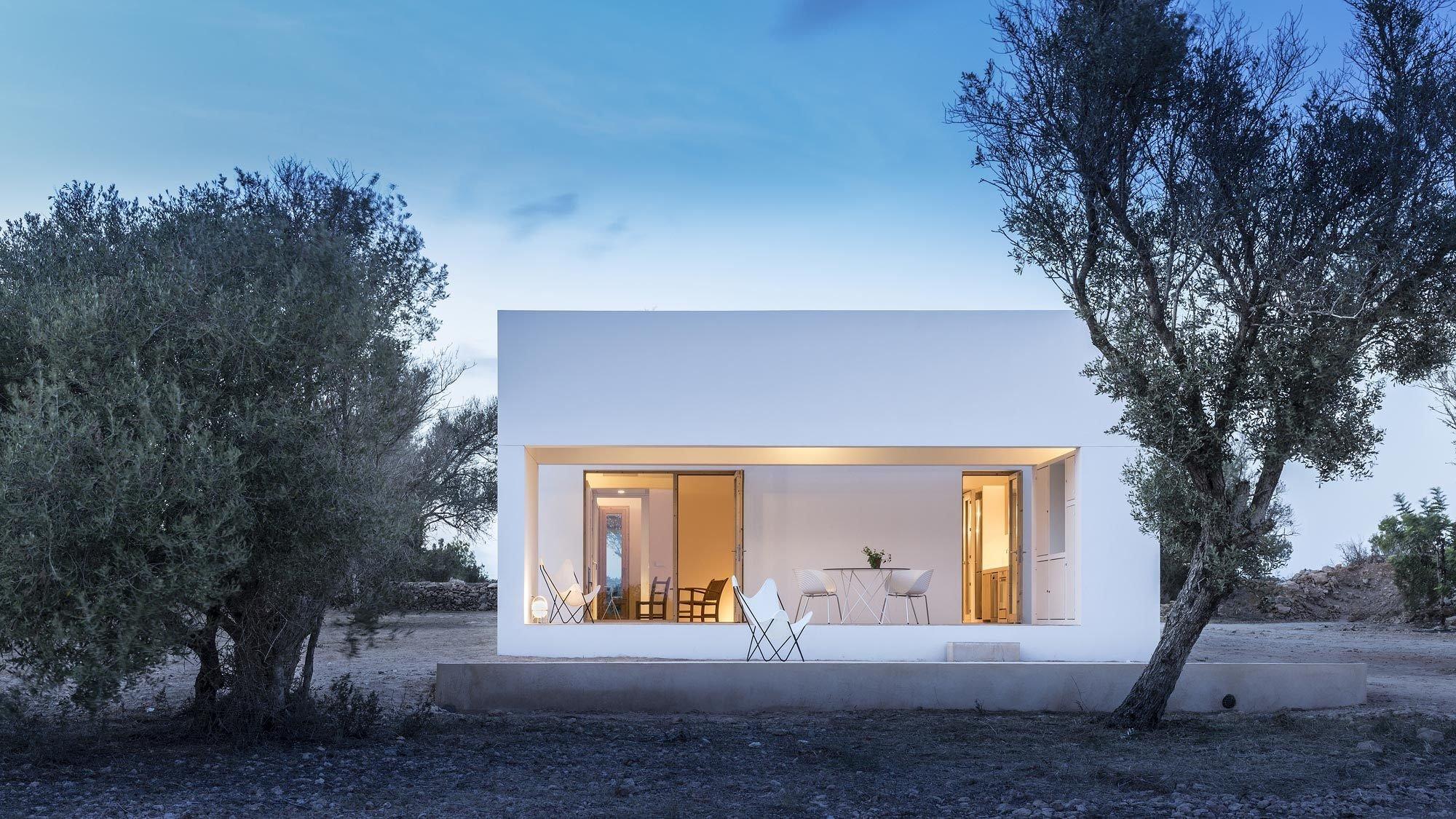 Auf Formentera errichtete Marià Castelló ein von regionalen Bautraditionen inspiriertes Wohnhaus – inmitten der Felder und ausgerichtet nach den Elementen.