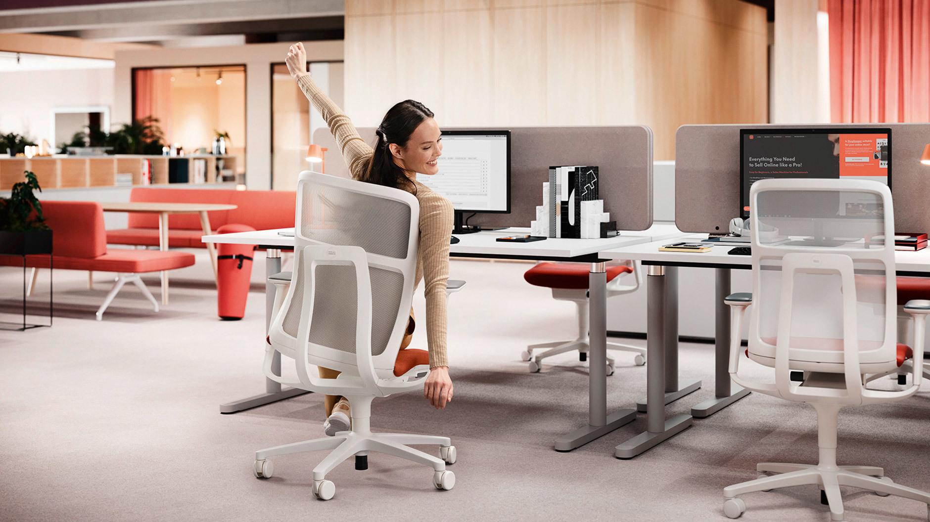 An den Arbeitsplätzen wird das Wohlbefinden beispielsweise durch Bewegungsförderung, Bedienungskomfort und akustische Raumqualität adressiert.