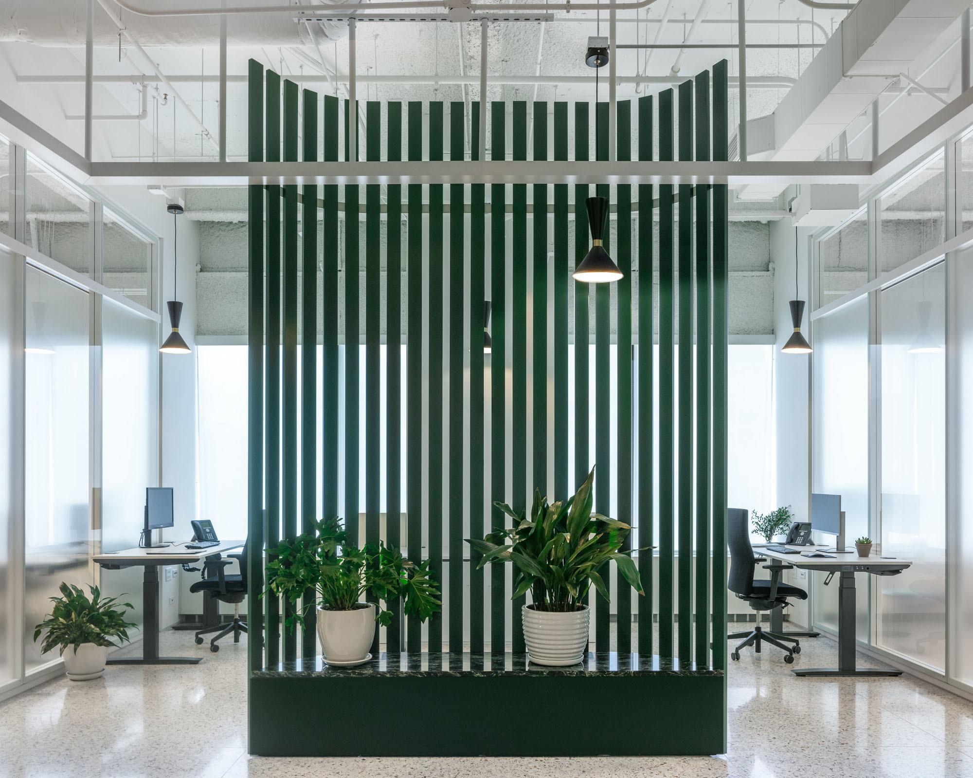 Eine freistehende Wand trennt den zentralen Raum von den Büros. Foto: James Florio