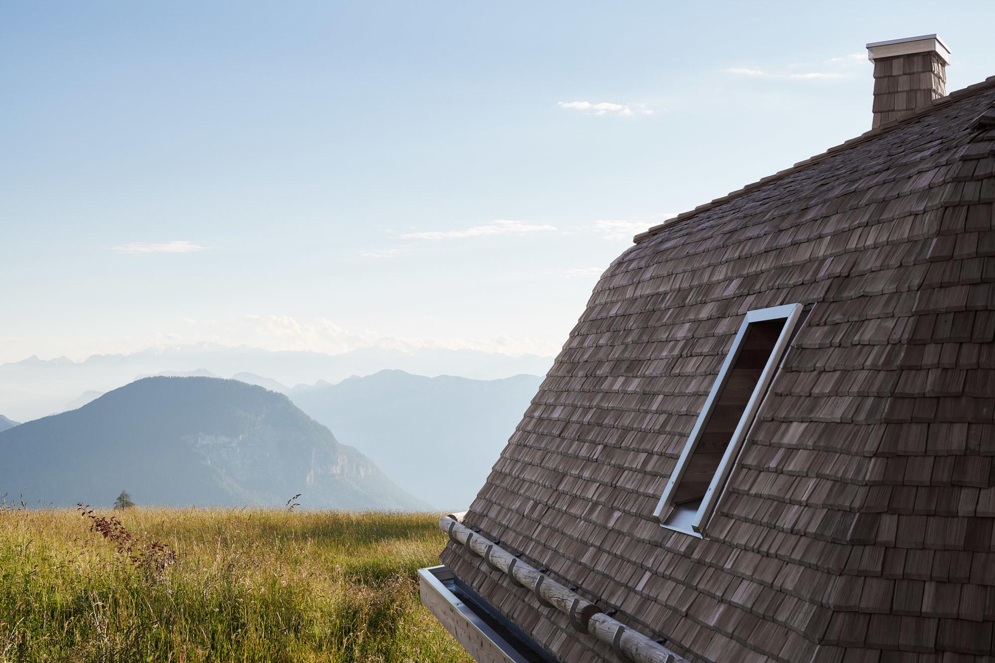 Jedes der Zimmer ist mit Terrassen und Balkonen ausgestattet. Der Blick geht über Wiesen bis in die Dolomiten. Foto: Max Rommel