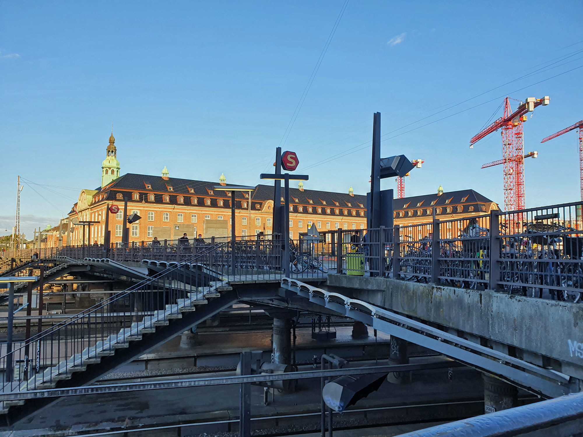 In der ehemaligen Post gleich neben dem Hauptbahnhof hat ein neues 5-Sterne-Hotel eröffnet: Villa Copenhagen. Foto: Claudia Simone Hoff