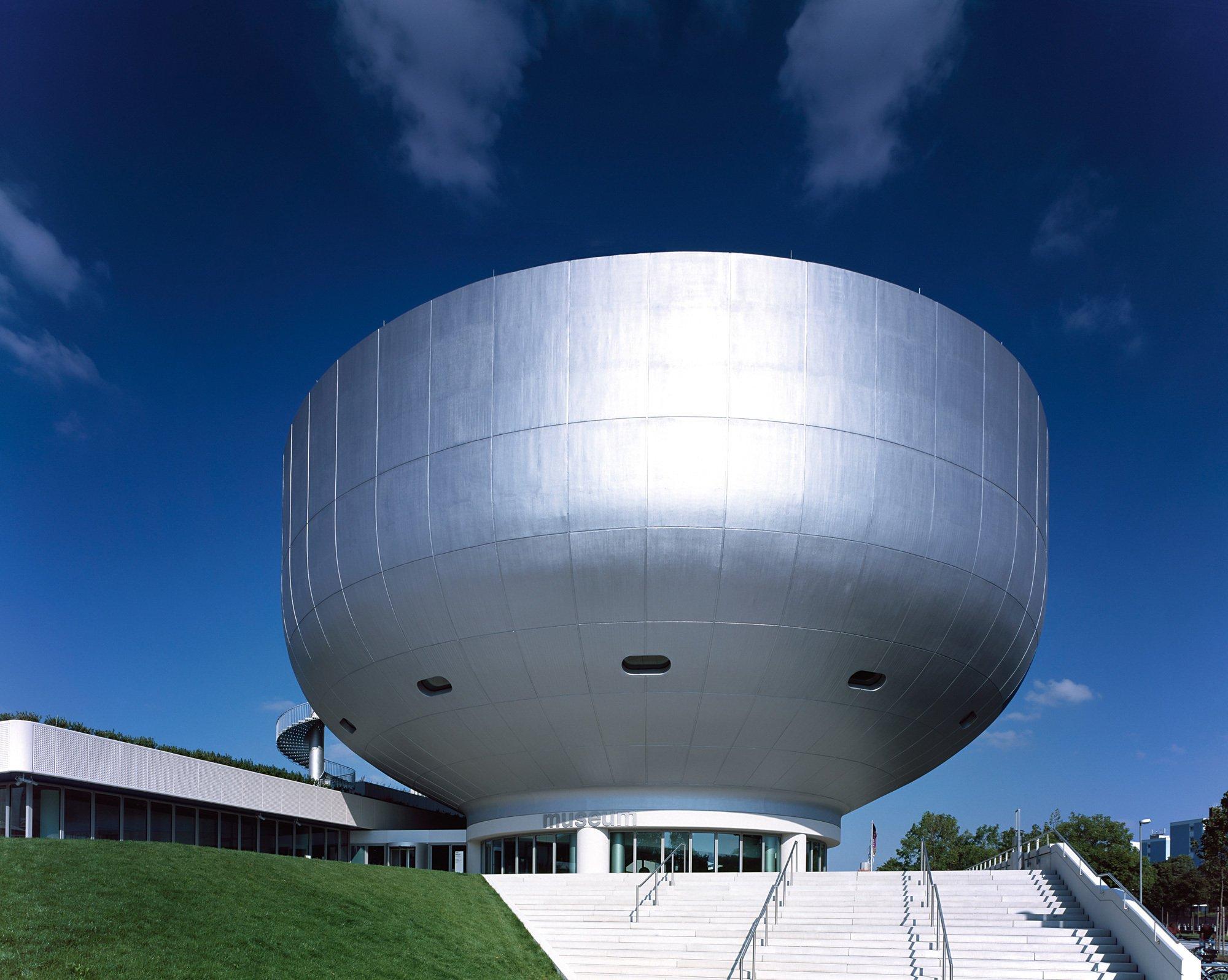 Auf dem Flachdach des BMW-Museums befindet sich ein überdimensioniertes BMW-Logo, das man aus der Luft sehen kann. Foto/ Copyright: BMW Group